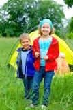 Sommarbarn som campar i tält Arkivbilder