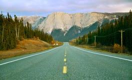 Sommarberghuvudväg i Yukon, Kanada fotografering för bildbyråer