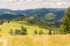 Sommarberglandskap i Pieniny, sikt på Tatra berg Royaltyfria Foton