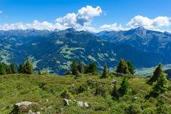 Sommarberglandskap med den blåa molnig himmel och hängningglidflygplanet Österrike Tyrol, Zillertal dal Fotografering för Bildbyråer