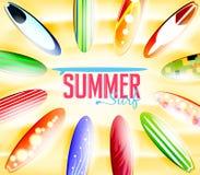 Sommarbränningtypografi som omges av färgrika surfingbrädor vektor illustrationer