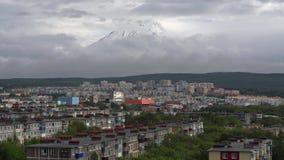 Sommarcityscape på bakgrund av vulkan fördunklar att sväva över himmel Tid schackningsperiod lager videofilmer