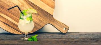 Sommarcoctail med mintkaramellsidor och limefrukt royaltyfri bild
