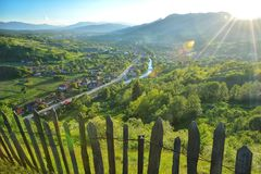 Sommardag i byn av Transylvania Arkivbilder