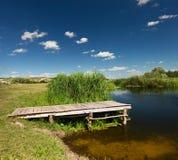Sommardag nära floden Arkivfoto