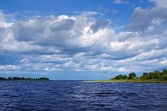 Sommardag på en sjö royaltyfri fotografi