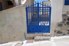 Sommardag på en smal gata i Emporio, på ön av Santorini Royaltyfri Foto