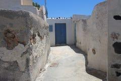 Sommardag på en smal gata i Emporio, på ön av Santorini Royaltyfri Fotografi