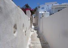 Sommardag på en smal gata i Emporio, på ön av Santorini Royaltyfri Bild