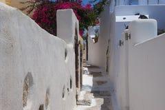 Sommardag på en smal gata i Emporio, på ön av Santorini Arkivfoton