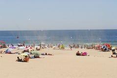 Sommardag på stranden med sällsynt virvelvind  Royaltyfri Fotografi