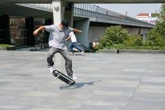 Sommardagen, rider grabben en skateboard royaltyfri bild