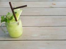 Sommardrink: En glass krus av äppelmustsmoothien är på trätabellen Royaltyfri Foto
