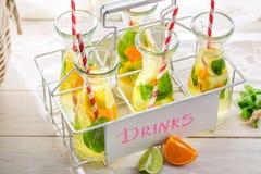 Sommardrink med citrusfrukter Arkivbild