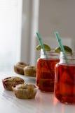 Sommardrink med limefrukt Arkivfoto