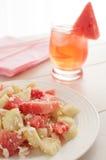Sommardrink med vattenmelonstora biten royaltyfria foton