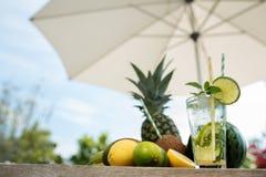 Sommardrink och frukter Arkivbilder