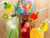 Sommardrycker, coctail med is, fruktsaft och frukt Arkivfoton