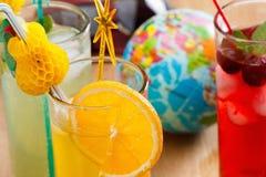 Sommardrycker, coctail med is, fruktsaft och frukt Royaltyfria Bilder