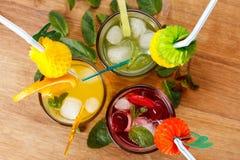 Sommardrycker, coctail med is, fruktsaft och frukt Royaltyfria Foton