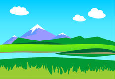 SOMMAREN landskap Berg i bakgrunden en blå himmel med cl Royaltyfria Foton