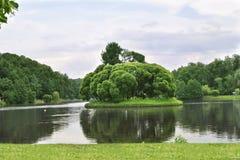 Sommaren parkerar, trees Tsaritsyno museum Fotografering för Bildbyråer