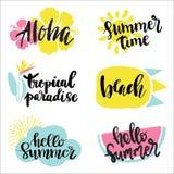 Sommaretiketter, logoer, hand dragen etiketter och best?ndsdelupps?ttning f?r sommarferie, lopp, strandsemester, sol ocks? vektor vektor illustrationer