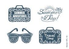Sommaretiketter, logoer och beståndsdeluppsättning för sommarferie Fastställda symboler för lopp Resaresväska Handskriven bokstäv royaltyfri illustrationer
