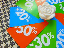 Sommarförsäljningsprislappar i en cirkel runt om den vita blomman Fotografering för Bildbyråer