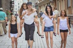 Sommarfamiljstående av föräldrar och ungar utanför royaltyfri bild