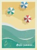 Sommarferie eller partiaffisch- eller vykortmall med den soliga sandiga stranden, hav med vågor och paraplyer med tappning royaltyfri illustrationer