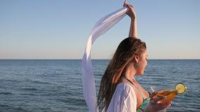 Sommarferie, flicka i baddräkt på kusthavet, lyckligt kvinnligt leende som dricker coctailen på kust, helg på tropiskt arkivfilmer
