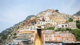 Sommarferie i Italien Ung kvinna i den Positano byn på bakgrunden, Amalfi kust, Italien arkivfilmer