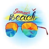 Sommarferie och strand Solglasögon och havssikt som göras i polygonal stil Royaltyfri Bild