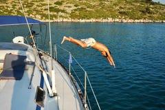 Sommarferie på en yacht fotografering för bildbyråer