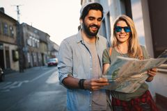 Sommarferier, datumm?rkning och turismbegrepp Le lyckliga par med ?versikten i staden arkivfoto