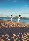 Sommarferier och loppsemester F?r?lskelsef?rbindelse av att dansa par som tillsammans tycker om sommardag Förälskad dans för par arkivbild