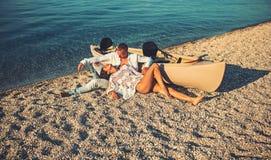Sommarferier och marin- tur Förälskelseförbindelse av par som tillsammans tycker om sommardag Sexig kvinna och man på havsvatten arkivfoto