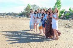 Sommarferier och semester - flickor med drinkar på stranden royaltyfri fotografi