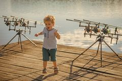 Sommarfiske som metar, aktivitet, affärsföretag, sport Royaltyfri Foto