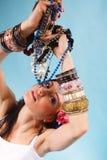 Sommarflicka med överflöd av smycken, pärlor i händer Royaltyfri Bild
