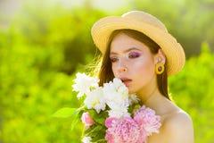 Sommarflicka med långt hår framsida och skincare lopp i sommar för fjäderkvinna för begrepp grön yellow Vår och semester naturlig royaltyfri foto