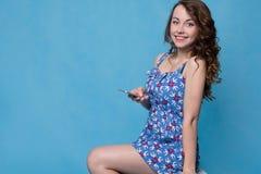 Sommarflicka med telefonen i händer Arkivfoton