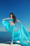 Sommarflickamodell njutning avkoppling Attraktiv bru för mode Royaltyfri Bild