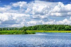Sommarflodlandskap i molnig dag Royaltyfria Foton