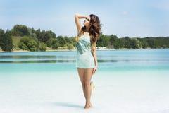 Sommarfoto av att koppla av för brunettskönhet. Royaltyfria Bilder