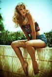 Sommarfoto av den fantastiska blonda kvinnan Fotografering för Bildbyråer