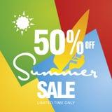 Sommarförsäljningen 50 procent vindsurfar av vektorn för bakgrund för färg för brädesolkortet Royaltyfri Bild