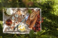 Sommarfrukost i en solig trädgård Royaltyfria Foton