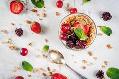 Sommarfrukost med nya bär och frukter royaltyfria bilder